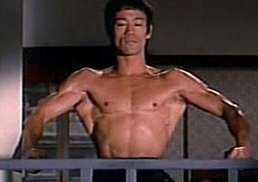 Bruce Lee expandiendo sus dorsales